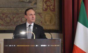 Guglielmo Picchi parla nella Sala della Regina di Montecitorio